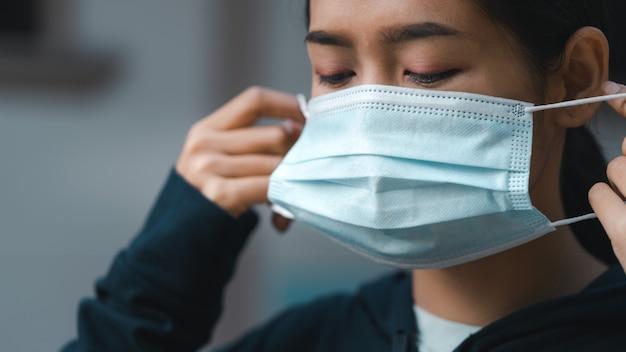 ウイルスから保護するために医療用マスクを着用している女性