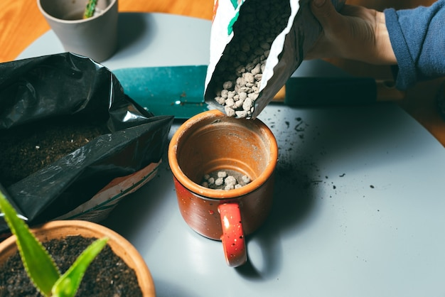 鍋に小石を入れる女性