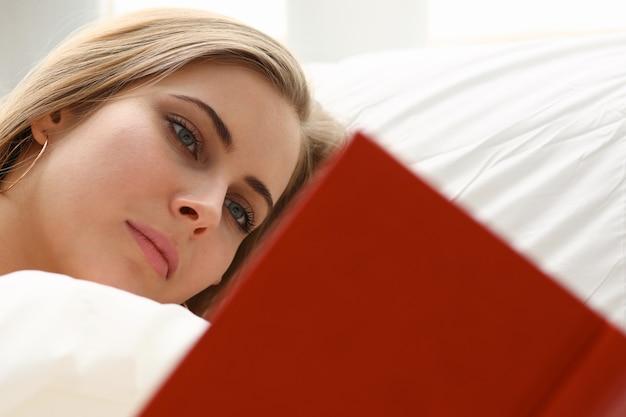 여자는 침대에서 책을 읽고
