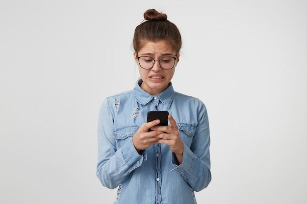 女性はパニックに陥ったメッセージを読み、歯を食いしばった