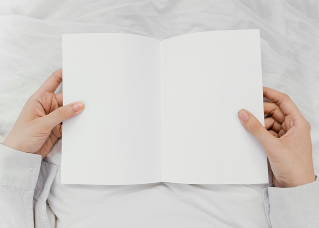 一人で本を読んでいる女性
