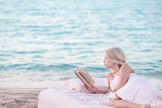 Женщина читает книгу.