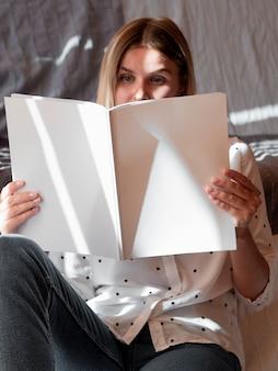 모형 잡지를 읽는 여자