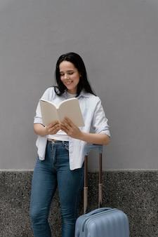 面白い本を読んでいる女性