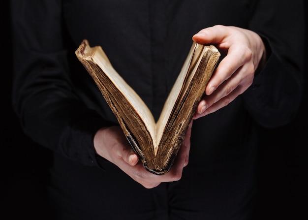 暗闇の中で聖書を読んでいる女性