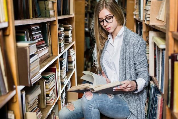沈黙の図書館で女性読書