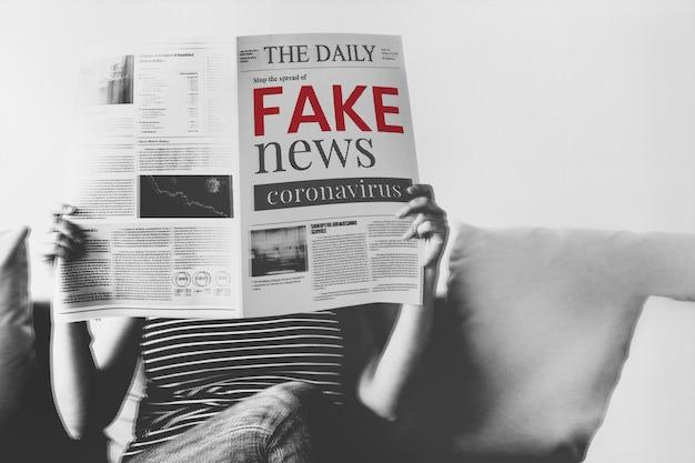 コロナウイルス検疫中に新聞からコロナウイルスのフェイクニュースを読んでいる女性