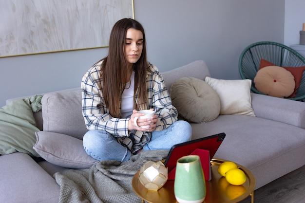 Женщина, читающая с планшета
