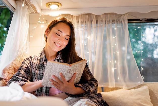 Женщина читает в фургоне