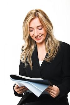 Женщина, читающая журнал