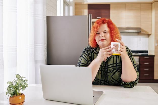 온라인 뉴스를 읽는 여자