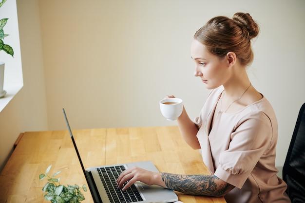 Женщина читает новости онлайн