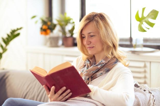 ソファーで読む女