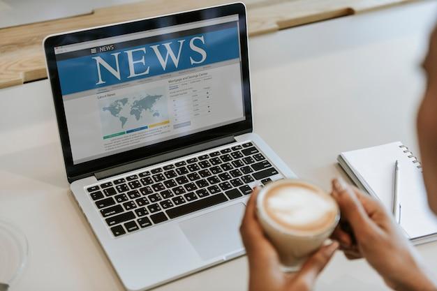 オンラインニュースを読む女性