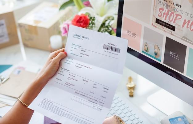 Donna che legge la fattura di pagamento