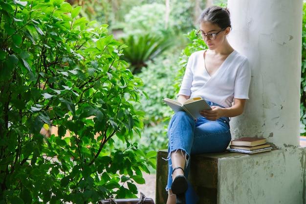 Женщина читает некоторые учебники в университете