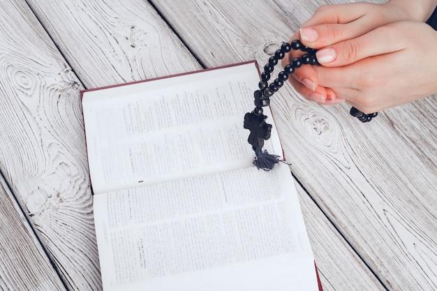 Женщина читает библию
