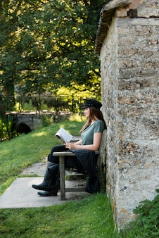 Donna che legge mentre viaggia da sola