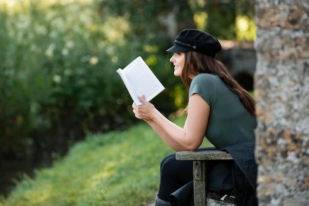 一人旅で読書をする女性