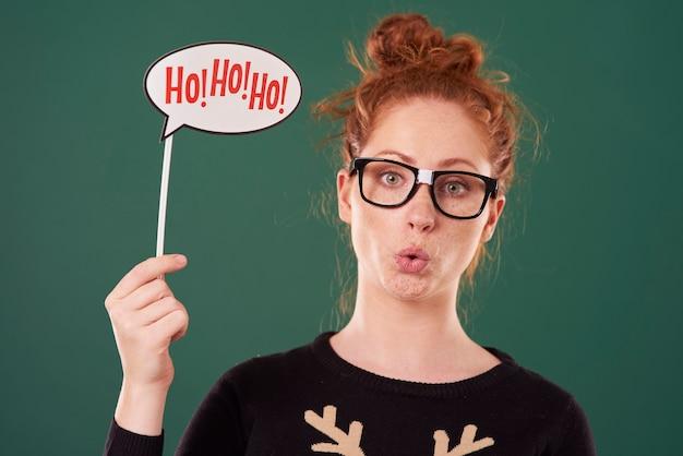 クリスマスの時期の準備ができている女性