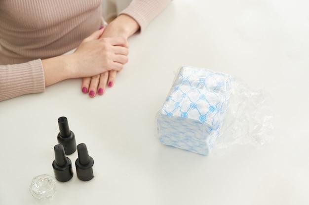 美容院でマニキュアをする準備ができている女性