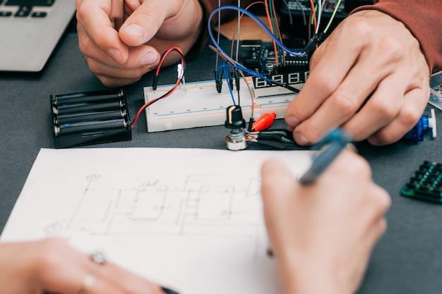 電子機器の作成プロセスをリキャップする女性