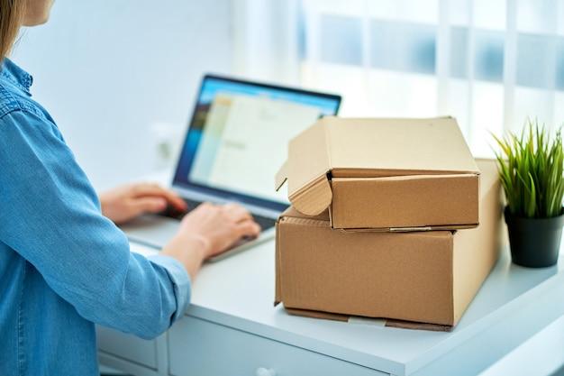 Женщина получила посылки после онлайн-заказа товаров в интернет-магазине.