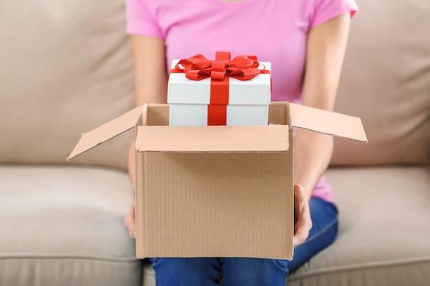 女性は自宅の小包箱で贈り物を受け取りました