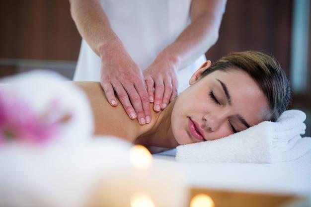 Женщина получает массаж спины