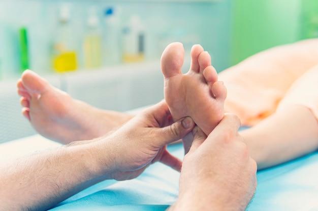헬스 스파에서 발 마사지를 받는 여성