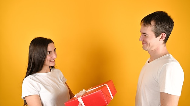 Женщина получает подарок от любовника.