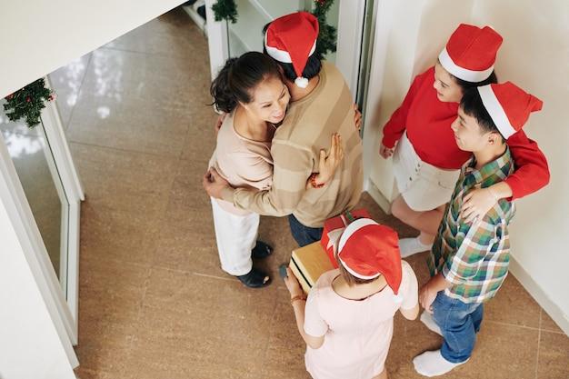 Женщина получает рождественский подарок