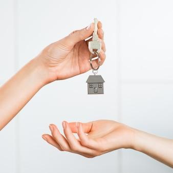 Женщина получает ключ от дома