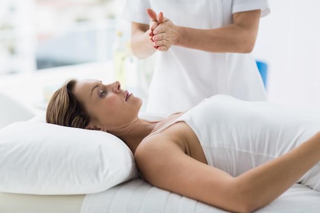 Женщина получает лечение рейки