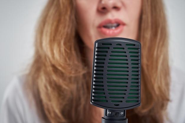 집에서 온라인 팟 캐스트를 녹음하는 여자, 팟 캐스팅 개념