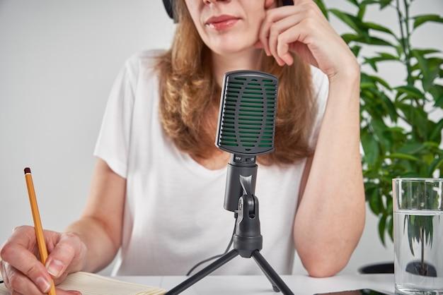 집에서 온라인 팟 캐스트를 녹음하는 여자