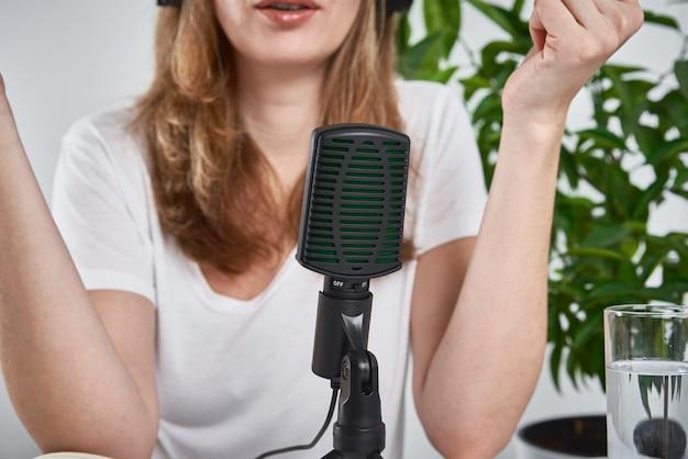 Женщина, записывающая онлайн-подкаст дома