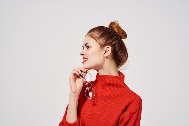 女性の赤い唇の魅力的な外観の孤立した背景