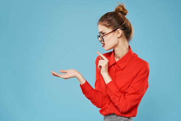 여자 빨간 셔츠 감정 스튜디오 비즈니스 스타일