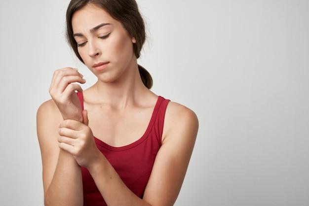 여자 빨간 tshirt 건강 문제 관절 통증 의학 외상