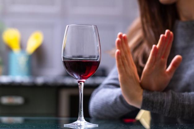 Женщина отказывается пить алкоголь. концепция женского алкоголизма. лечение алкогольной зависимости. бросить выпивку и алкоголизм.