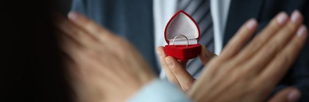 赤いボックスのクローズアップで結婚指輪を拒否する女性