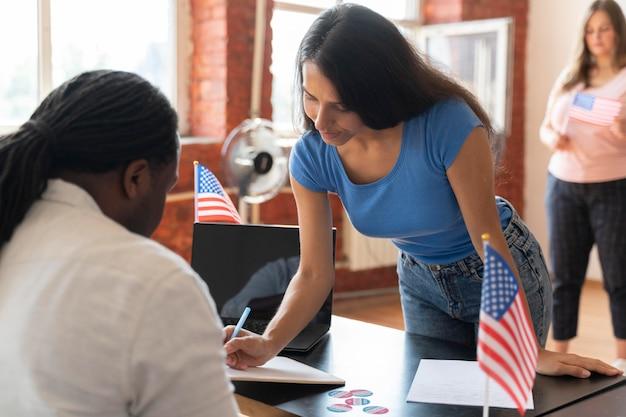 미국에서 유권자 등록을 하는 여성