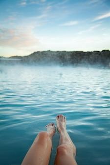 氷の温泉ブルーラグーンでリラックスしてスパを楽しむ女性