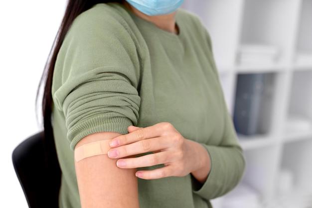 코로나바이러스 백신 접종 후 휴식을 취하는 여성