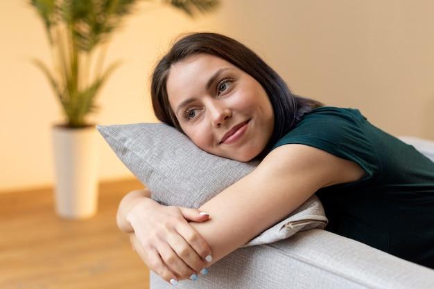 Женщина расслабляющий в одиночестве дома