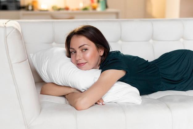Donna che si distende da sola a casa Foto Gratuite