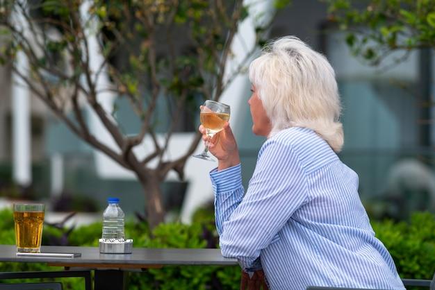 ワインを楽しみながらレストランでくつろぐ女性