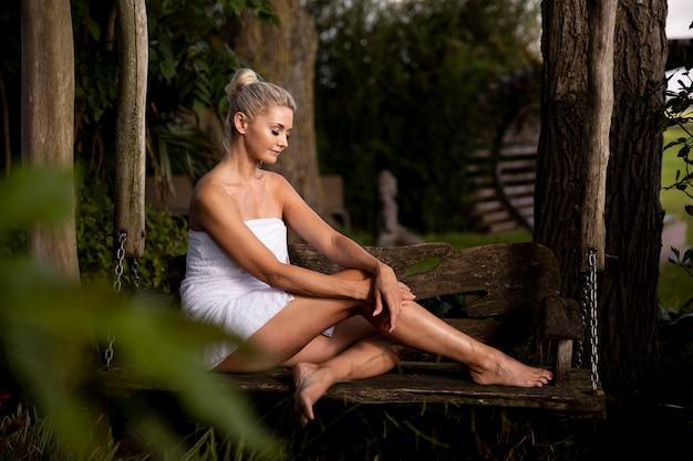 Женщина, расслабляющаяся в спа-отеле на открытом воздухе