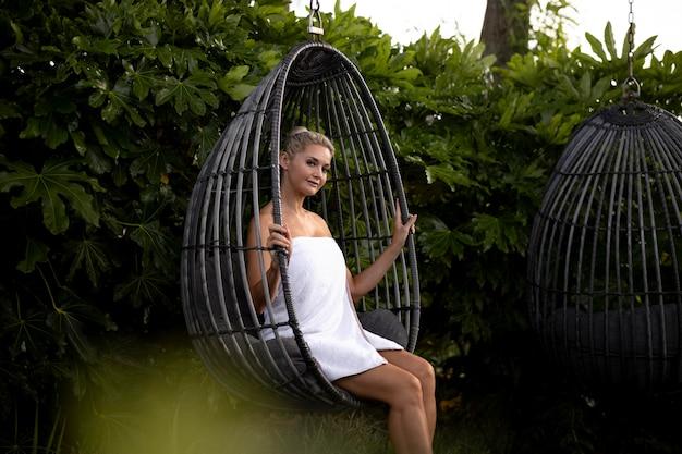 Женщина, расслабляющаяся в спа-отеле за пределами